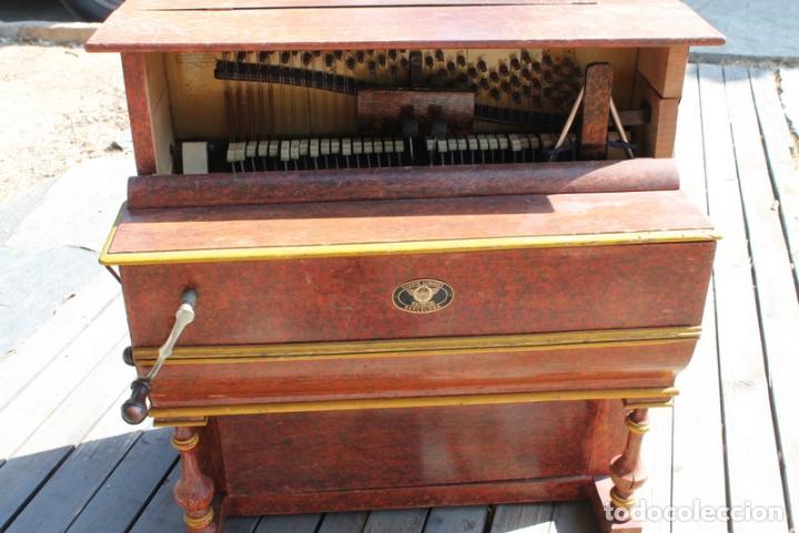 ANTIGUA PIANOLA. ORGANILLO. VICENTE LLINARES. FAVENTIA. FALTO DE LA TAPA FRONTAL. FUNCIONA. (Música - Instrumentos Musicales - Pianos Antiguos)
