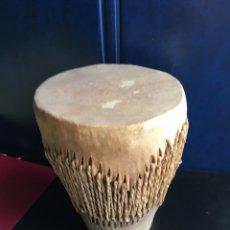 Instrumentos musicales: PEQUEÑO TAMBOR AFRICANO EN PIEL. Lote 178143575