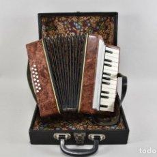 Instrumentos musicales: PRECIOSO ACORDEÓN EN MALETÍN MEDIDAS 29X28X15 CM, 3,6 KG. Lote 178308428
