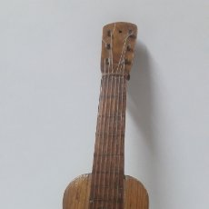Instrumentos musicales: GUITARRA ESPAÑOLA . MINIATURA DE 26 CM EN MADERA . Lote 181073343