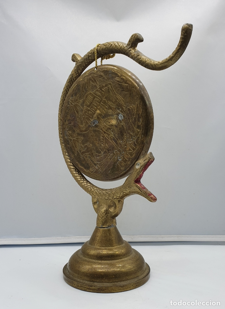 Instrumentos musicales: Gong antiguo árabe en bronce con forma de serpiente y motivos repujados a mano . - Foto 2 - 181201132