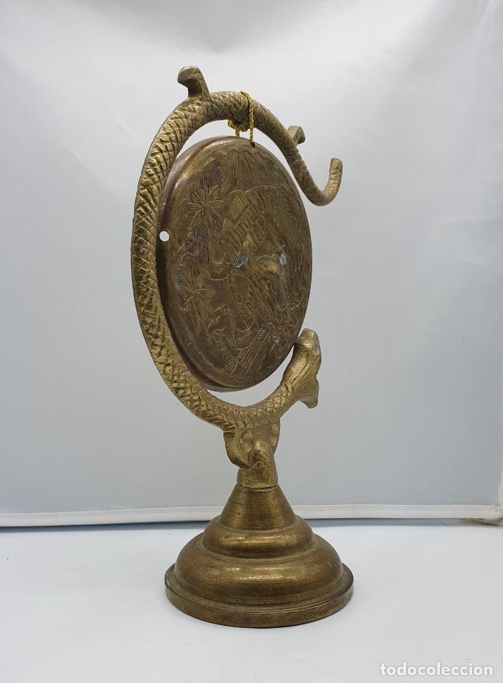 Instrumentos musicales: Gong antiguo árabe en bronce con forma de serpiente y motivos repujados a mano . - Foto 4 - 181201132