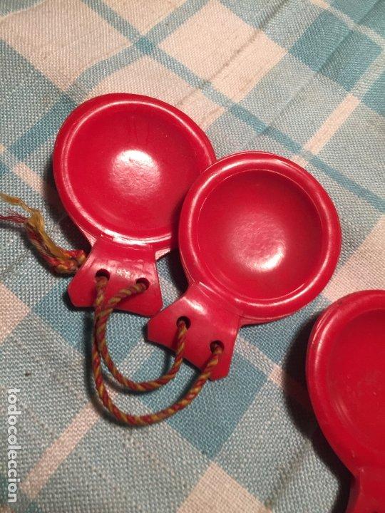 Instrumentos musicales: Antiguas castañuelas de baquelita roja pintadas a mano de los años 50-60 - Foto 2 - 183400665