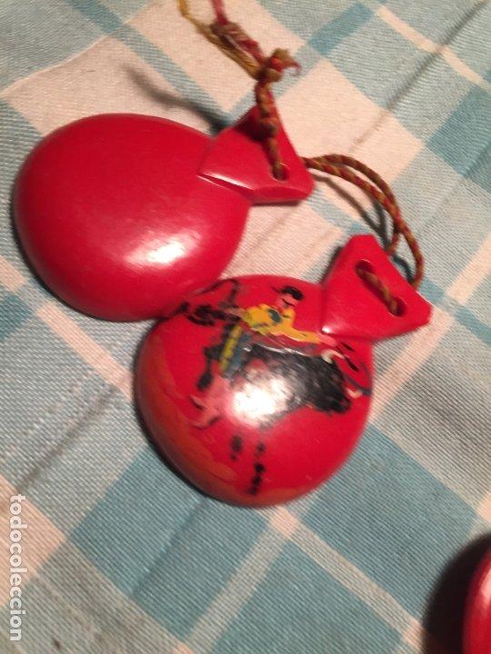 Instrumentos musicales: Antiguas castañuelas de baquelita roja pintadas a mano de los años 50-60 - Foto 3 - 183400665