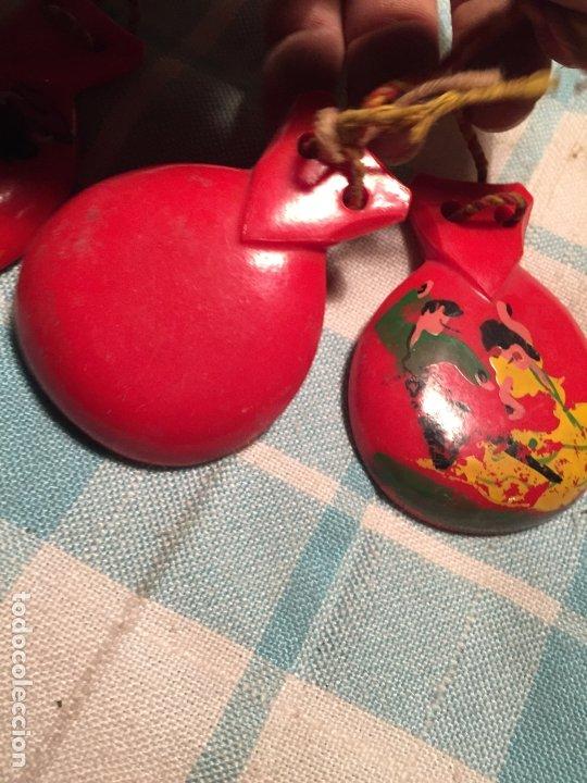 Instrumentos musicales: Antiguas castañuelas de baquelita roja pintadas a mano de los años 50-60 - Foto 5 - 183400665