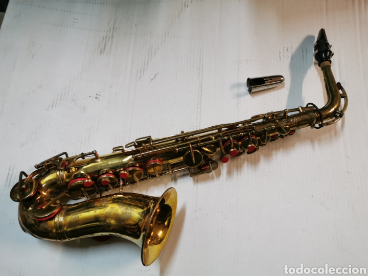 REPRODUCCIÓN DE UN SAXOFÓN ALTO BESSONS & CO CON MALETÍN - SAXO DE LATÓN (Música - Instrumentos Musicales - Viento Metal)