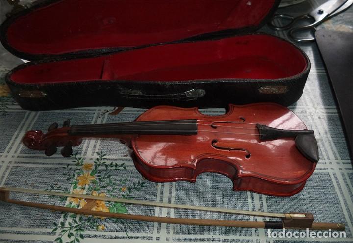 Instrumentos musicales: MINI VIOLIN EN SU ESTUCHE EL VIOLIN MIDE 24/8/5 CM. El estuche tiene un bollo de un golpe - Foto 2 - 189403902