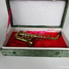 Instrumentos musicales: SAXOFÓN MINIATURA - INSTRUMENTO MUSICAL - METAL - CON ESTUCHE - SAXO 12,5 CM ALTURA. Lote 189570277