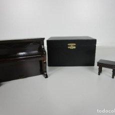 Instrumentos musicales: PIANO MUSICAL, CON BANQUETA MINIATURA - MADERA - CON ESTUCHE - PIANO A CUERDA, FUNCIONA. Lote 189605477