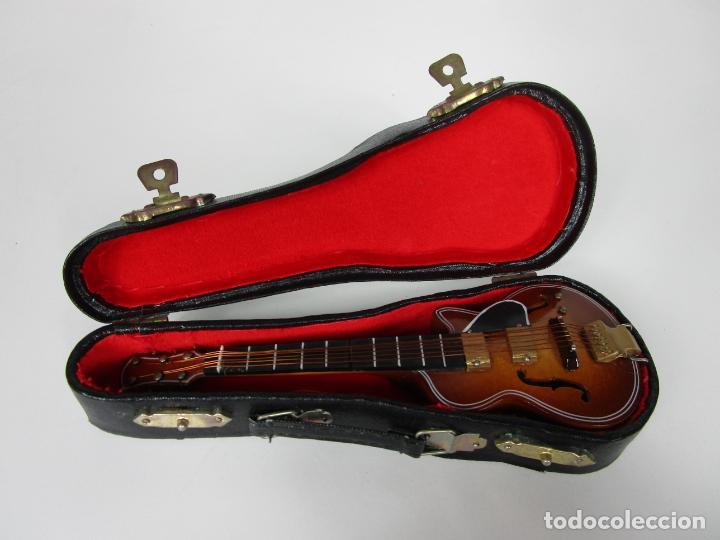 GUITARRA ELÉCTRICA BAJO, MINIATURA - MADERA - CON ESTUCHE - GUITARRA BAJO 16 ALTURA (Música - Instrumentos Musicales - Guitarras Antiguas)