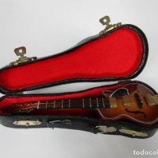 Instrumentos musicales: GUITARRA ELÉCTRICA BAJO, MINIATURA - MADERA - CON ESTUCHE - GUITARRA BAJO 16 ALTURA. Lote 189605803