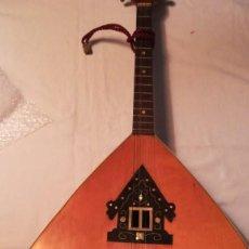 Instrumentos Musicais: BALALAIKA RUSA CON SOPORTE DE MADERA FORRADA CON TERCIOPELO ROJO.. Lote 190590946