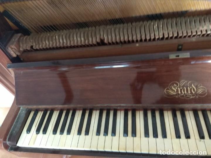 Instrumentos musicales: PIANO ANTIGUO DE ESTUDIO VERTICAL, COLOR NOGAL, MARCA ERARD. - Foto 13 - 194220297