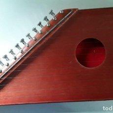 Instrumentos musicales: CÍTARA DE MADERA CON PARTITURAS. 40 CM X 20 CM X 5 CM. PESO: 800 GRAMOS. Lote 194290457