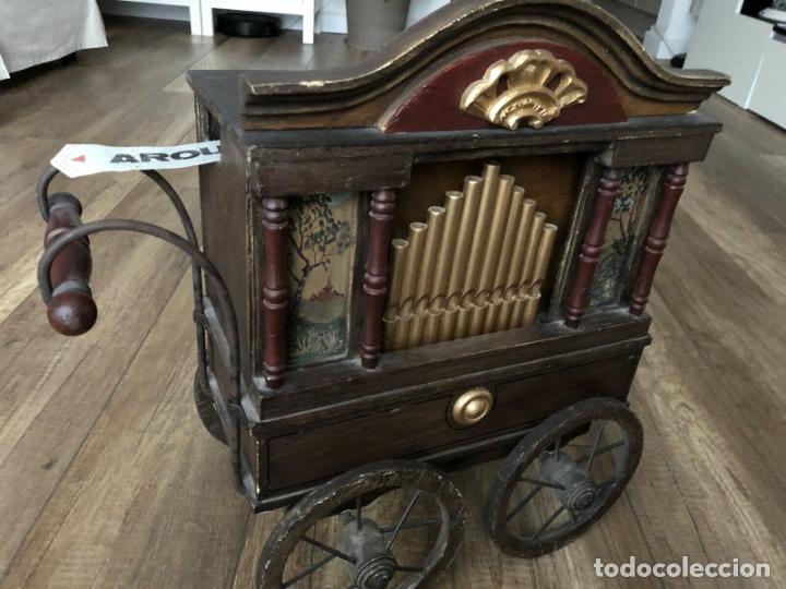 Instrumentos musicales: ANTIGUO, ORGANO BARRIL manivela o manubrio SIGLO XX 48x46x30 cm pieza museo cinco cintas 1970 EUROS - Foto 3 - 172720255