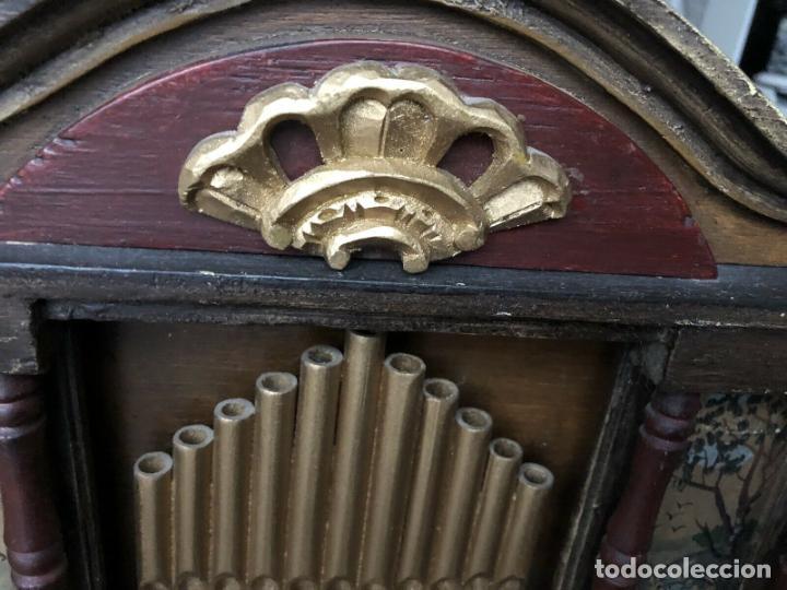 Instrumentos musicales: ANTIGUO, ORGANO BARRIL manivela o manubrio SIGLO XX 48x46x30 cm pieza museo cinco cintas 1970 EUROS - Foto 9 - 172720255