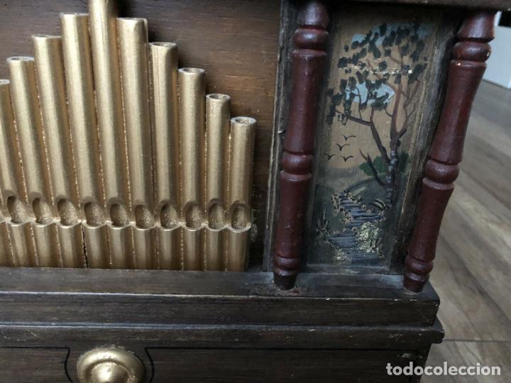 Instrumentos musicales: ANTIGUO, ORGANO BARRIL manivela o manubrio SIGLO XX 48x46x30 cm pieza museo cinco cintas 1970 EUROS - Foto 10 - 172720255