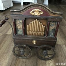 Instrumentos musicales: ANTIGUO, ORGANO MANIVELA O MANUBRIO SIGLO XX 48X46X30 CM PIEZA DE MUSEO CON CINCO CINTAS 1970 EUROS. Lote 172720255