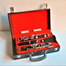 Instrumentos musicales: CLARINETE VINTAGE BOOSEY HAWKES LONDON COMPLETO EN SU ESTUCHE + BOQUILLA CON ABRAZADERAS 60.CM LARGO. Lote 195223300