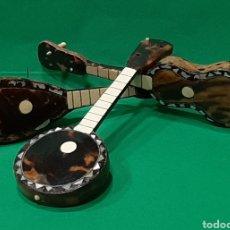 Instrumentos musicales: ANTIGUOS INSTRUMENTOS DE CUERDA EN MINIATURA. GUITARRA LAÚD Y BANJO. HECHOS EN CAREY, HUESO Y NÁCAR.. Lote 195495605