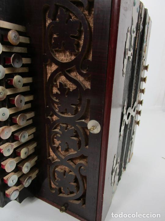 Instrumentos musicales: Antiguo Acordeón Diatónico - Taracea de Madera - Teclas en Nácar - Funcionando - Finales S. XIX - Foto 8 - 199949032