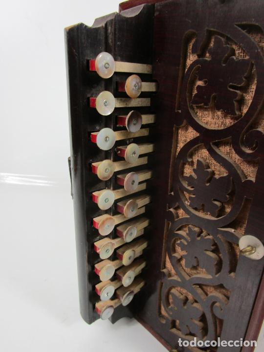 Instrumentos musicales: Antiguo Acordeón Diatónico - Taracea de Madera - Teclas en Nácar - Funcionando - Finales S. XIX - Foto 21 - 199949032