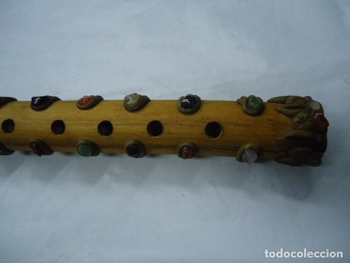 Instrumentos musicales: PRECIOSA FLAUTA EN MADERA ORIGEN SUD-AMERICA muy rara mide 32 x 4 cm. CON PIEDRAS INCRUSTADAS DE ORI - Foto 2 - 201500067