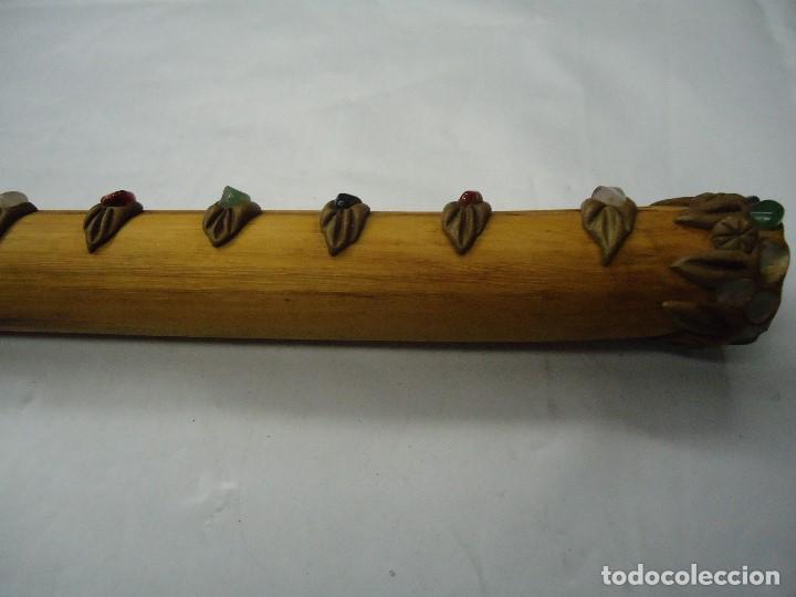 Instrumentos musicales: PRECIOSA FLAUTA EN MADERA ORIGEN SUD-AMERICA muy rara mide 32 x 4 cm. CON PIEDRAS INCRUSTADAS DE ORI - Foto 4 - 201500067