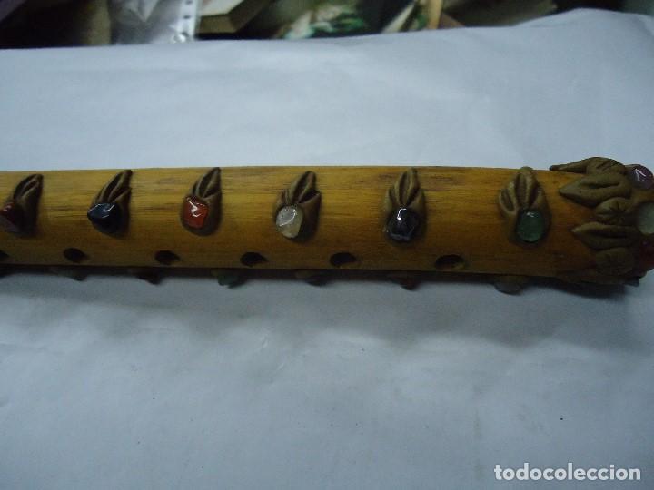 Instrumentos musicales: PRECIOSA FLAUTA EN MADERA ORIGEN SUD-AMERICA muy rara mide 32 x 4 cm. CON PIEDRAS INCRUSTADAS DE ORI - Foto 6 - 201500067