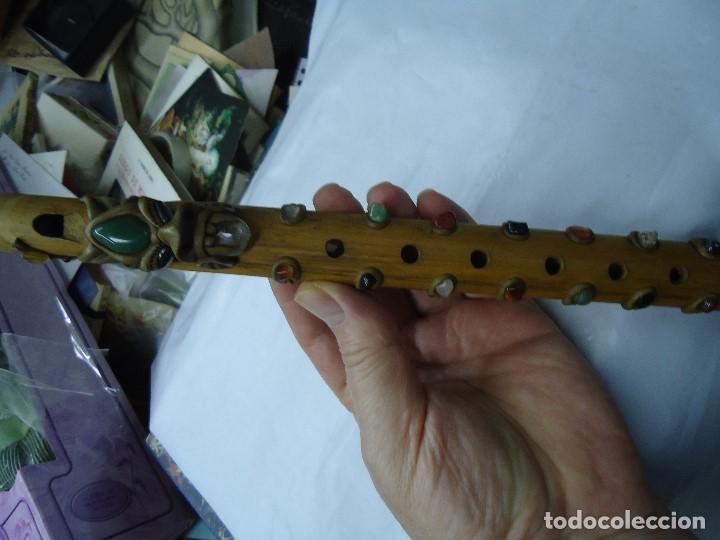 Instrumentos musicales: PRECIOSA FLAUTA EN MADERA ORIGEN SUD-AMERICA muy rara mide 32 x 4 cm. CON PIEDRAS INCRUSTADAS DE ORI - Foto 7 - 201500067