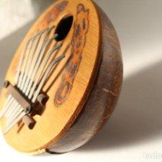 Instrumentos musicales: PIANO DE PULGAR KALIMBA 7 LLAVES AJUSTABLES CÁSCARA DE COCO INSTRUMENTO MUSICAL PINTADA. Lote 204968887