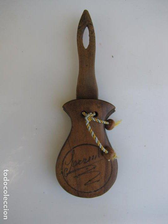 Instrumentos musicales: 2- Castañuela con mango firmada - Foto 2 - 205261102