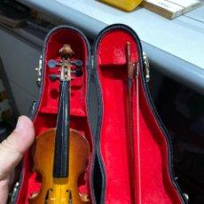 Instrumentos musicales: VIOLÍN MINIATURA CON ESTUCHE. MADERA, 20 CM.. Lote 206880036