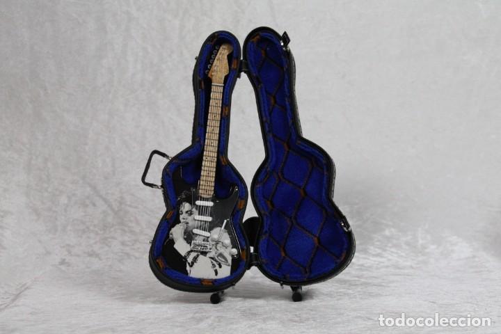 Instrumentos musicales: Mini guitarra de Michael Jackson - Foto 3 - 208725216