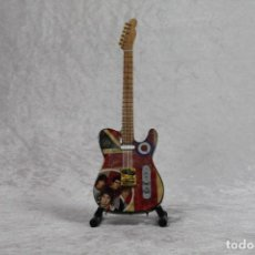 Instrumentos musicales: MINI GUITARRA DE THE WHO. Lote 245117355