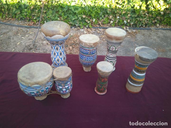 Instrumentos musicales: LOTE DE 6 ANTIGUOS BONGOS DE CERAMICA DECORADA Y PIEL DE CABRA - Foto 2 - 212069978