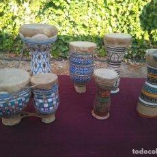 Instrumentos musicales: LOTE DE 6 ANTIGUOS BONGOS DE CERAMICA DECORADA Y PIEL DE CABRA. Lote 212069978