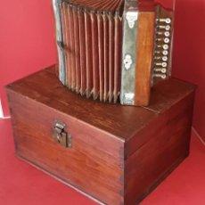 Instruments Musicaux: ACORDEON DE MADERA Y BOTONERA DE NACAR CON SU CAJA ORIGINAL DE LA CASA EL CID DE VALENCIA PP. S. XX. Lote 212860868
