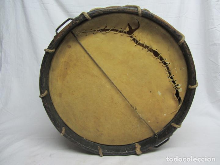 Instrumentos musicales: Tambor en piel de cordero, madera y cuerda del siglo XIX - Foto 4 - 213695205