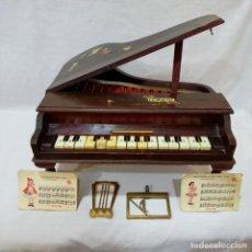 Instrumentos Musicais: PIANO DE COLA INFANTIL DE MADERA REIG MODELO MINUE AÑOS 50-60 CON 4 PARTITURAS REIG ORIGINALES. Lote 217761067