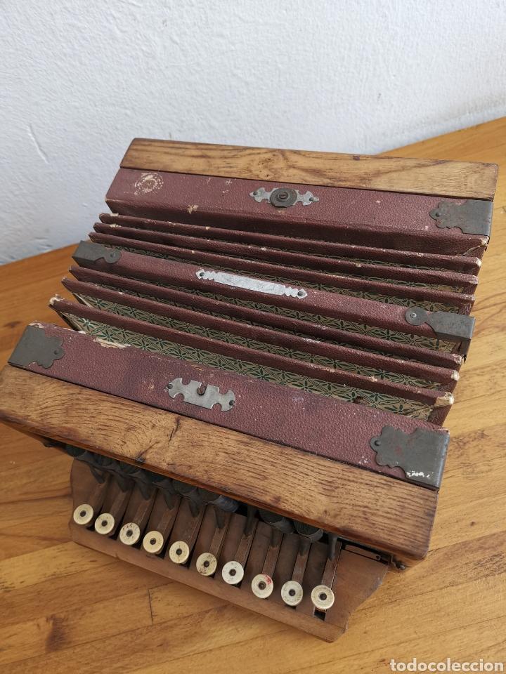 Instrumentos musicales: Acordeón antiguo de madera. Teclas de hueso o marfil - Foto 2 - 219375168