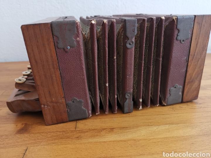 Instrumentos musicales: Acordeón antiguo de madera. Teclas de hueso o marfil - Foto 6 - 219375168