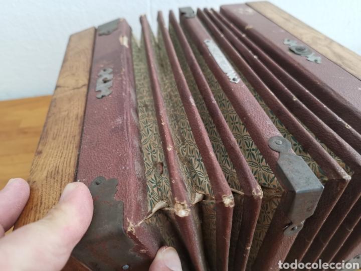 Instrumentos musicales: Acordeón antiguo de madera. Teclas de hueso o marfil - Foto 7 - 219375168