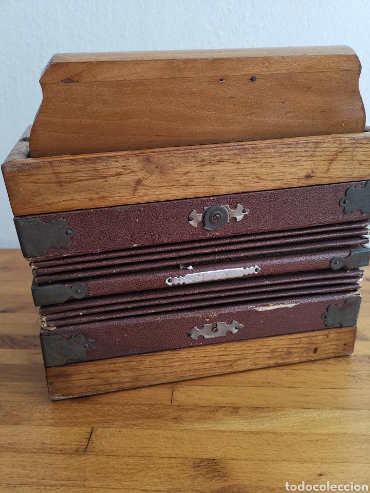 Instrumentos musicales: Acordeón antiguo de madera. Teclas de hueso o marfil - Foto 10 - 219375168