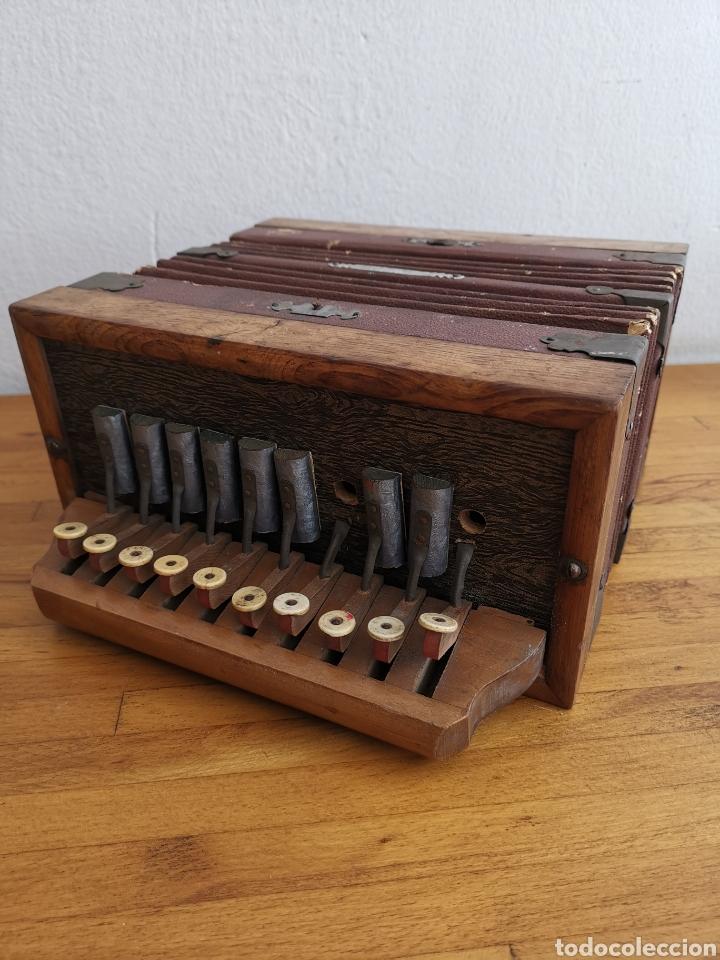 ACORDEÓN ANTIGUO DE MADERA. TECLAS DE HUESO O MARFIL (Música - Instrumentos Musicales - Viento Madera)