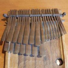 Instrumentos musicales: ANTIGUA KALIMBA O PIANO DE DEDO/ ZIMBABWE / TRABAJO ARTESANAL / MUY BUEN ESTADO. LEER.. Lote 220509252