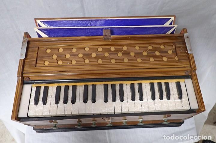 Instrumentos musicales: armonio de viaje antiguo -caja de musica - Foto 5 - 221773456