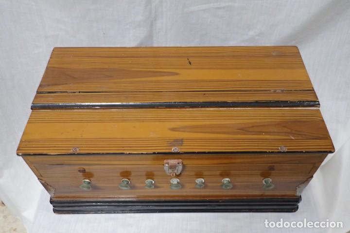 Instrumentos musicales: armonio de viaje antiguo -caja de musica - Foto 7 - 221773456