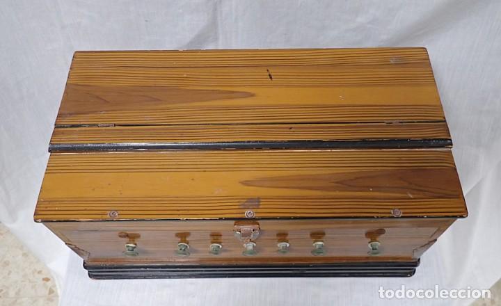 Instrumentos musicales: armonio de viaje antiguo -caja de musica - Foto 8 - 221773456