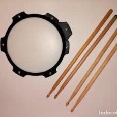 Instrumentos musicales: ALMOHADILLA DE PRACTICA PERCUSIÓN + 4 BAQUETAS. Lote 222099966